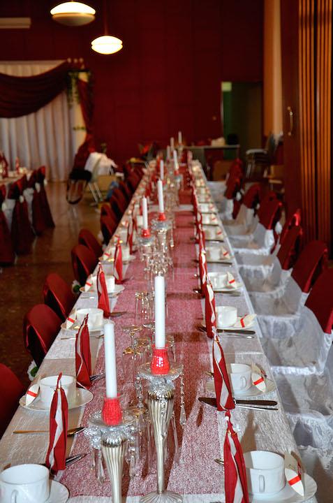 Bordeaux-Tischdeko-Hochzeit