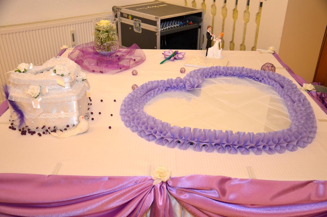 Hochzeitsdeko-Lila-Geschenktisch