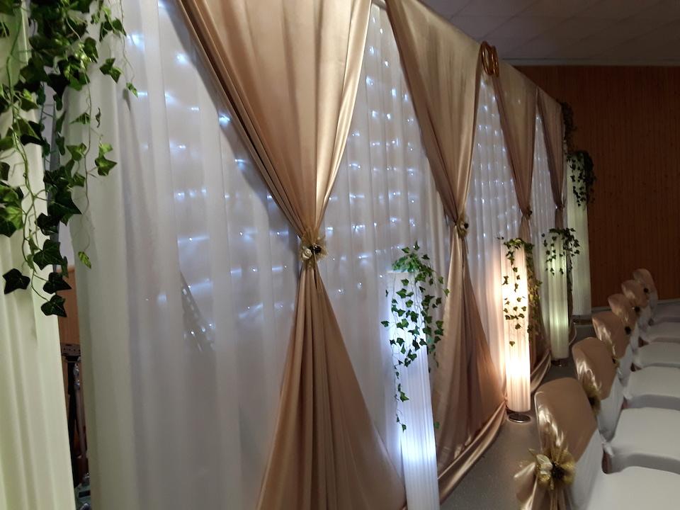 Hintergrund-hinter-Brauttisch-in-Gold