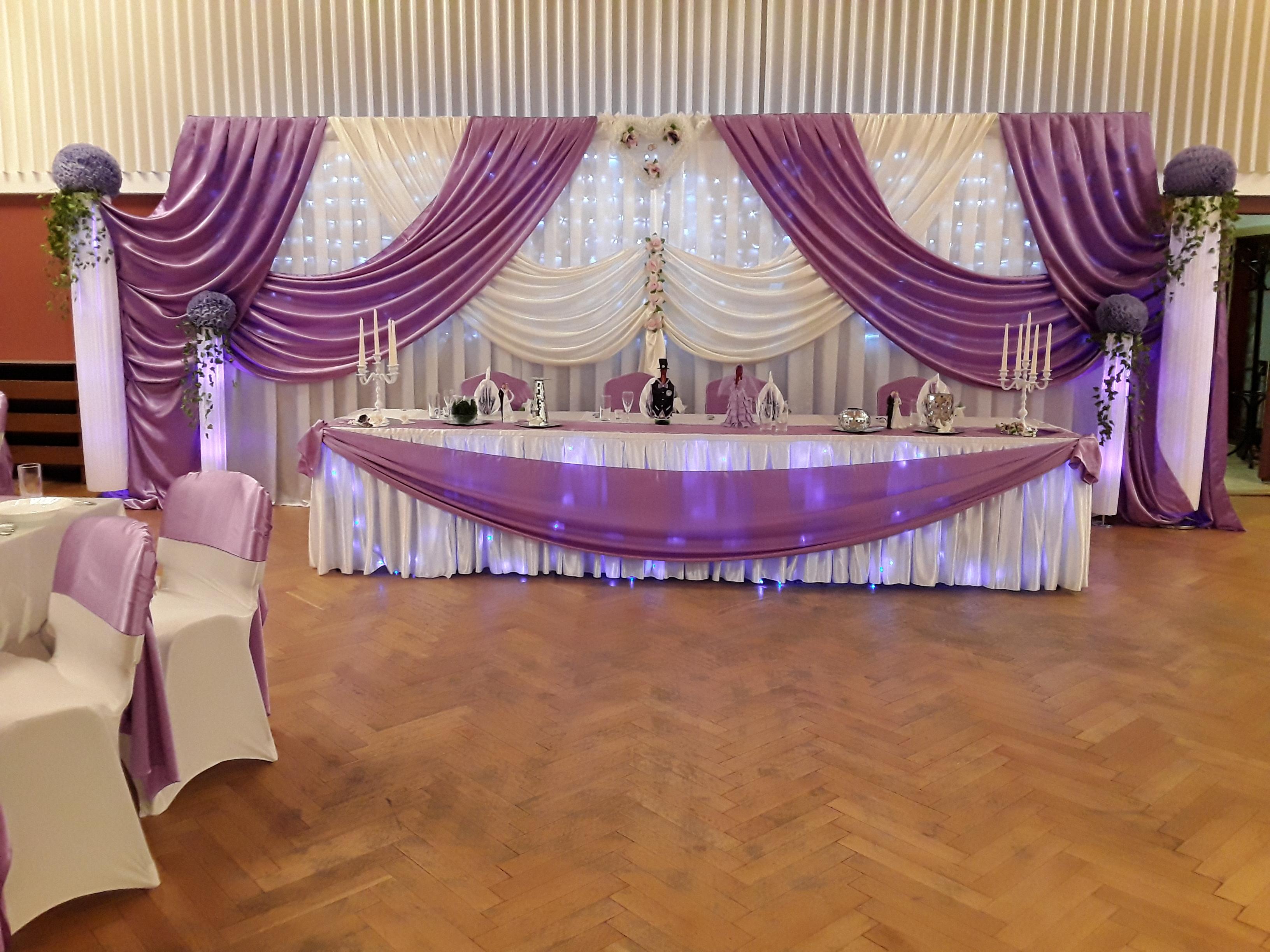 Tischdekoration und Hintergrund zur Hochzeit in Flieder & Weiß